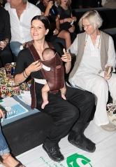 Bimba con un portabebé nada ergonómico