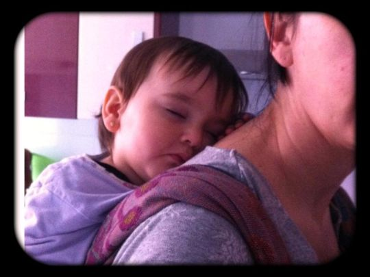 Durmiendo en el fular a la espalda