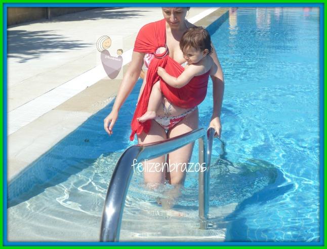 Primer d a de piscina usando los portabeb s felizenbrazos for Descuidos en la piscina