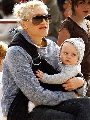 gwen-stefani-wears-zuma-in-a-baby-sling1