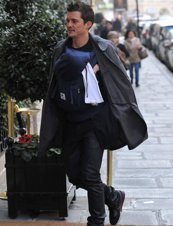 Orlando-Bloom-Babywearing