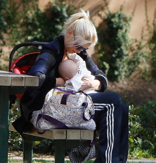 Gwen Stefani y la teta en un parque