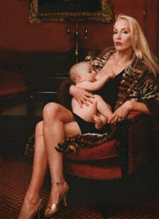 Jerry Hall alimentando a su hijo