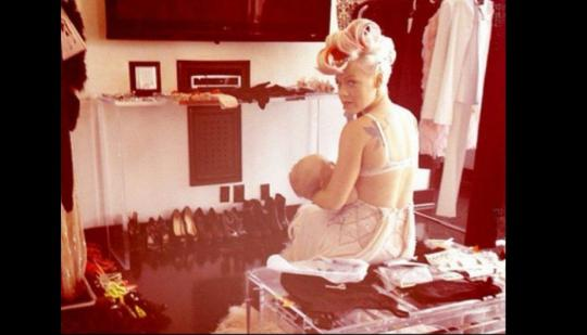 Pink detuvo una sesión de fotos para dar la teta a su hija