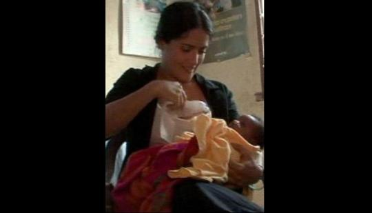 Salma Hayek dando de mamar a un bebé en Sierra Leona