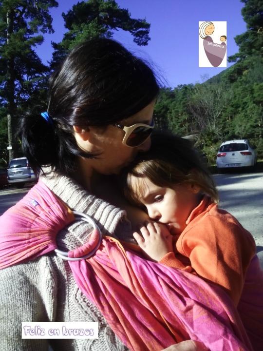 Sara, 31 meses, mamando y en bandolera