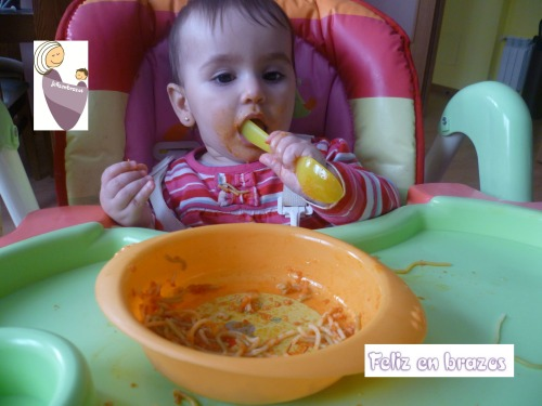 Con 11 meses manejaba la cuchara de forma aceptable para comer espaguettis de un plato