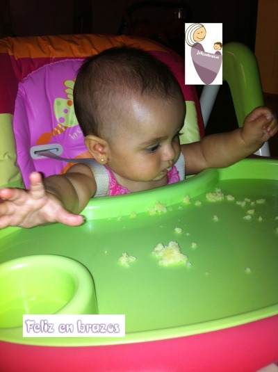 Sara, 6 meses, comiendo tortilla de patatas (ya sólo quedan los restos)
