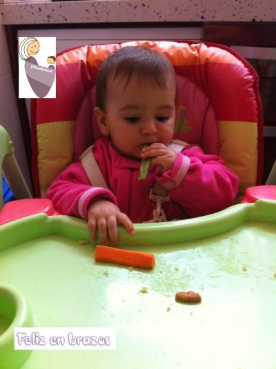 10 meses, comiendo zanahoria, pimiento verde y galletas, ¡viva la diversidad!