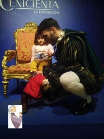 Exposición de Cenicienta, con el príncipe probando a Sara el zapato de cristal