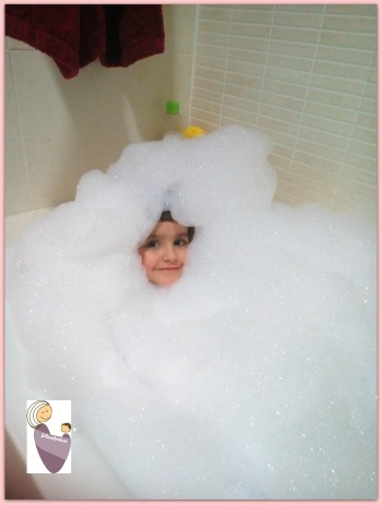 Así de bien lo pasa Sara en la bañera